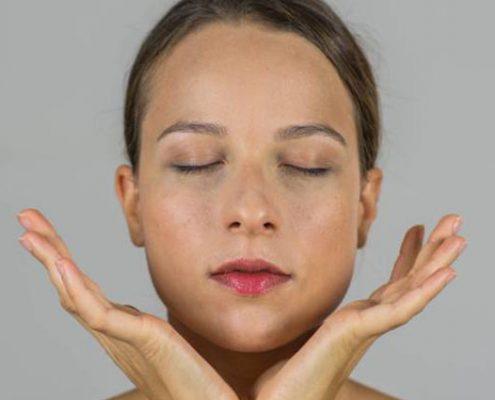 face yoga 495x400 - یوگای صورت؛ ۵ تمرین معجزهآسا برای زیبایی چهره
